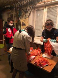 Harcerze z Hufca ZHP Legionowo i ratownicy Legionowskiego Wodnego Ochotniczego Pogotowia Ratunkowego rozpoczęli akcję szycia maseczek dla służb medycznych.